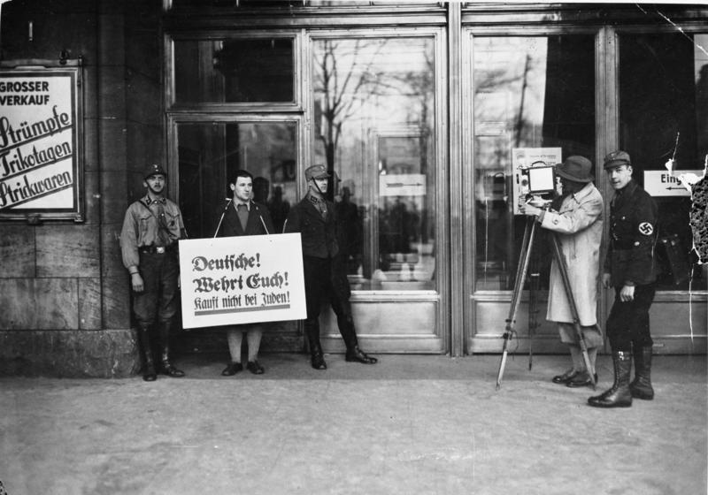 Zentralbild 1933 Boykottaktion der Nazis gegen jüdische Geschäfte, Berlin Filmleute warten auf Publikum, welches das Warenhaus betreten will (Wertheim).